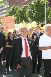Lübecks Bürgermeister Bernd Saxe und rechts dahinter Prof. Dr. Peter Dominiak laufen ganz vorne mit