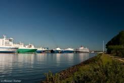 Mehrere Schiffe liegen am Skandinavienkai in Travemünde, ganz rechts die Queen Elizabeth