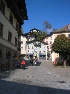 Morgendlicher Ausblick vom Balkon Am Vormittag ging es zunächst nach Berchtesgaden - am Schlossplatz In der Fußgängerzone Neben dem Nationalparkhaus Das Nationalparkhaus  Die evangelische Kirche von Berchtesgaden Mittags wieder zurück in Ramsau war der Ausblick viel klarer als morgens