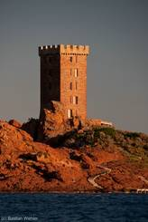 Nahaufnahme des im sarazenischen Stil erbauten Turms der Île d'Or