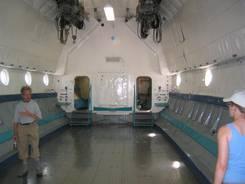 Natürlich gab es auch neuere und luxeriösere Autos Diverse Flugzeuge Eine russische Antonov Die Antonov von Innen