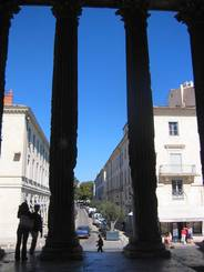Nîmes: Blick vom Maison Carrée in die Rue Auguste