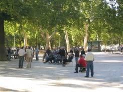 Nîmes: Boule auf dem Place Picasso