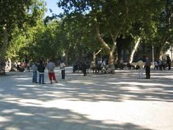 Nîmes: Boule-Spieler in der Nähe des Jardin de la Fontaine
