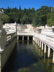Nîmes: Dabei fließt das Wasser sogar teilweise unter den Wegen