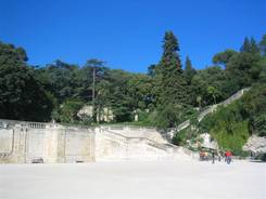 Nîmes: Der Mont Cavalier im Anschluß an den Park