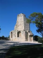 Nîmes: Der Tour Magne auf dem Mont Cavalier
