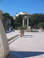 Nîmes: Platz neben dem Maison Carrée