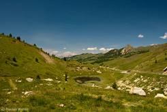 Nochmal die Aussicht über den kleinen See vom Col de Vars Richtung Norden, dieses Mal aber aufgenommen Ende Juni