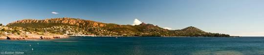 Panorama-Ausblick von Westen über die Bucht von Agay mit den Bergen des Esterel-Massivs im Hintergrund