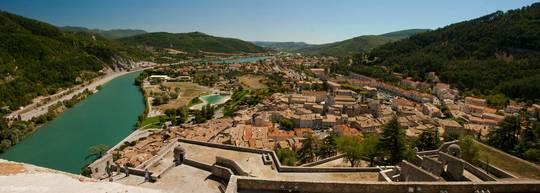 Panorama-Blick von der Zitadelle über Sisteron und das Tal der Durance in südliche Richtung