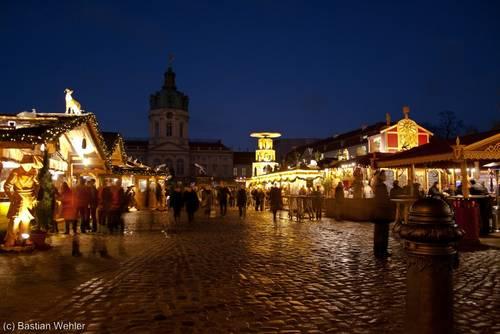 Reges Treiben auf dem Weihnachtsmarkt vor dem Schloss in Berlin-Charlottenburg