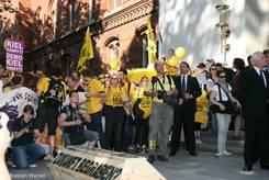 Sarg 'Zukunft begraben?' mit Demonstrierenden im Hintergrund