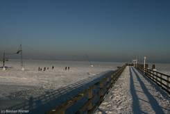 Scharbeutz: Seebrücke und eingefrorene Wasserskianlage