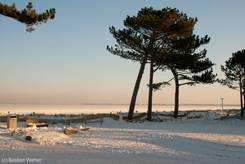 Scharbeutz: Zugefrorene Ostsee (Lübecker Bucht) von der Strandpromenade
