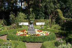 Schulgarten Lübeck: Bauerngarten mit zentraler Statue