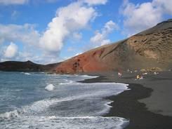 Schwarzer Strand aus feinem Lavagestein im Krater von El Golfo