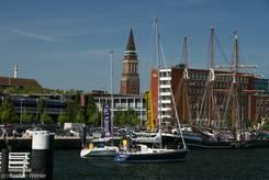 Segelboote mit Bannern 'Kiel kämpft' und 'Lübeck kämpft' auf der Kieler Förde