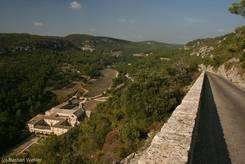 Sénanque: Die enge Zufahrtsstraße rechts und das Kloster links unten im Tal