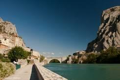 Sisteron: Engstelle im Tal der Durance, rechts der Rocher de la Baume, links die Altstadt mit der Zitadelle