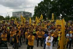 Sofort zeigen die Studenten ihren Protest