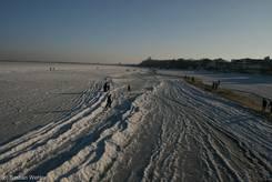 Spaziergänger auf der Ostsee am 26.01.2010 (Ausblick von der Seebrücke Scharbeutz Richtung Timmendorfer Strand)