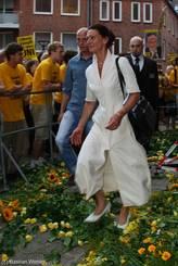 Staatssekretärin Cordelia Andreßen zertrammpelt die Blumen ebenfalls