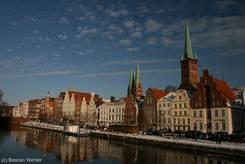 Stadtansicht von Lübeck (An der Obertrave, rechts die Petrikirche, links daneben die Marienkirche)