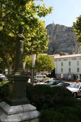 Statue am 'Place Marcel Sauvaire' im Zentrum von Castellane
