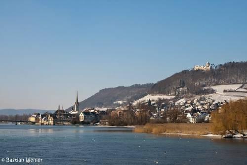 Stein am Rhein und die Burg Hohenklingen oberhalb der Stadt im Winter