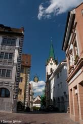 Straße durch die Altstadt von Engen, im Hintergrund die Stadtkirche