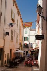 Straßencafés in den engen Gassen der Altstadt von St.-Tropez