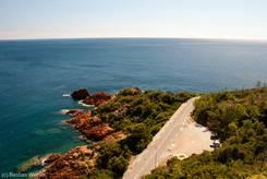 Traumhafte Straße an der Côte d'Azur: Ausblick über die Küste auf das Mittelmeer