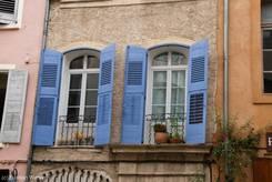 Typisch provenzalische Fenster an einem Haus im alten Dorfkern von Riez
