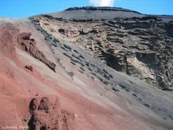 Verschiedene Gesteinsfärbungen im Vulkankrater