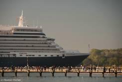 Viele Zuschauer stehen an der Nordermole und begrüßen das Kreuzfahrtschiff
