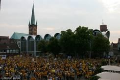 Voller Marktplatz, im Hintergrund die Petrikirche