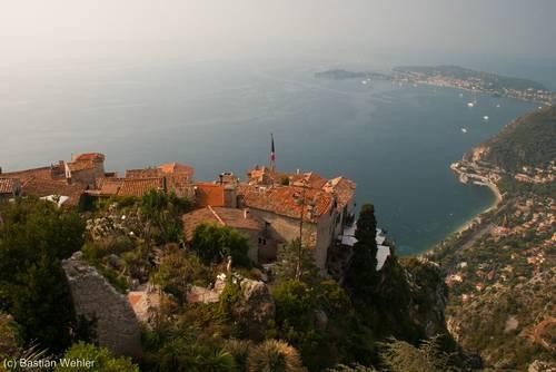 Vom Kakteengarten (Jardin exotique) in Èze reicht der Blick über die Dächer des Dorfes hinunter zum Mittelmeer und dem Cap Ferrat (rechts)