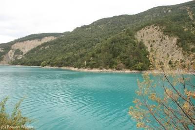 Wenn man von den Alpen über den Col d'Allos nach Castellane fährt, kommt man am Stausee Lac de Castillon vorbei.