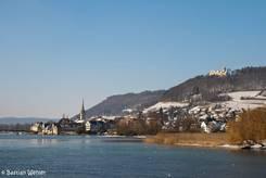 Winterliche Ansicht von Stein am Rhein, rechts oberhalb der Stadt sieht man die Burg Hohenklingen