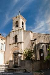 Zentrale Kirche im Dorf