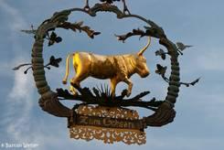 Zum Ochsen, ein altes Schild an einem Haus in der Altstadt