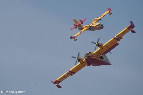 Zwei Löschflugzeuge am Mittelmeer in Südfrankreich
