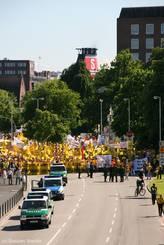 Zwischenstopp des Demonstrationszugs aus Lübeck am Kieler Schlossgarten